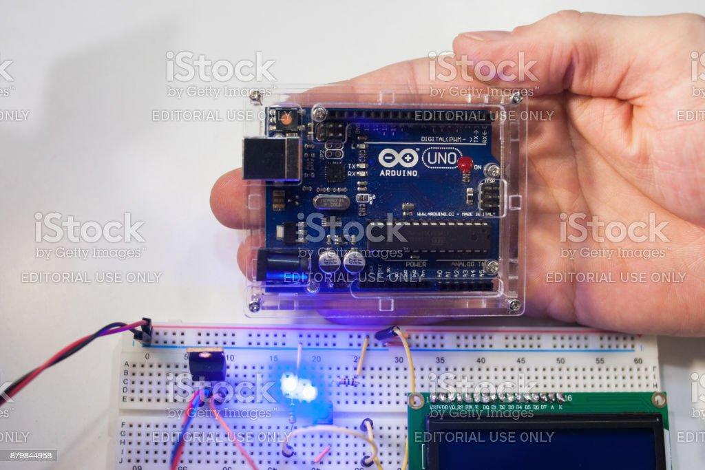 Concepto moderno de Smart microcontrolador arduino uno. - foto de stock