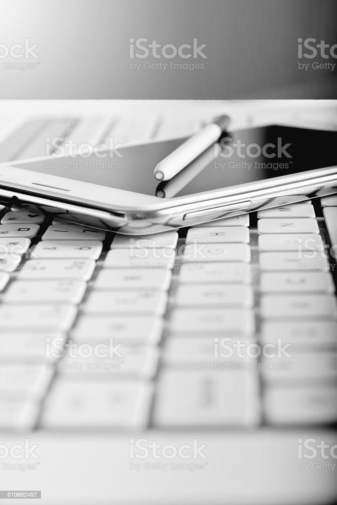 Smartphone y ordenador portátil - foto de stock