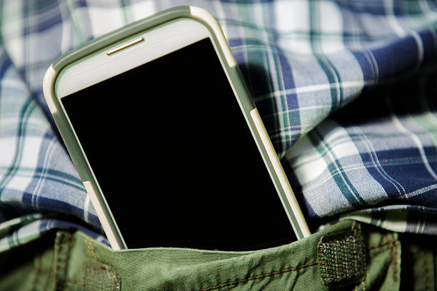 Telefone inteligente close-up do Homem no bolso de trás.  Tela em branco copyspace. - foto de acervo