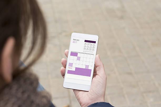 smartphone halten in weiblicher hand. - markenuhren damen stock-fotos und bilder