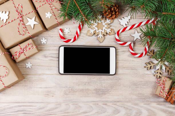 das smartphone mock-up mit rustikalen weihnachtsschmuck für app-präsentation. ansicht von oben - weihnachtsprogramm stock-fotos und bilder