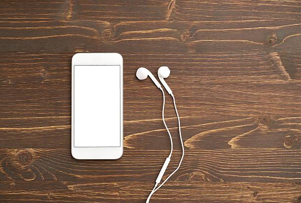 téléphone intelligent avec des écouteurs - écouteurs intra auriculaires photos et images de collection