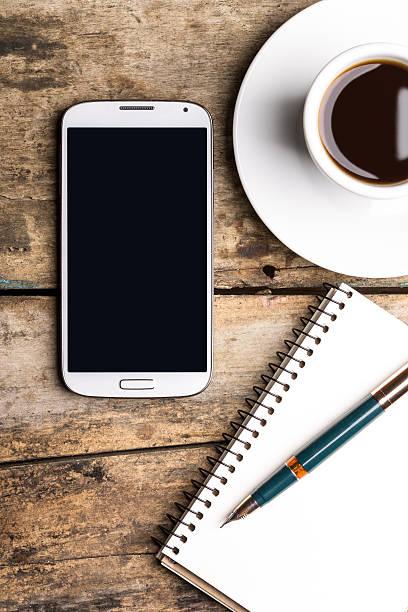 Smartphone mit Laptop und Tasse guten Kaffee – Foto