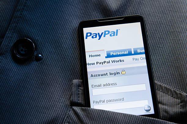 smart phone con il sito paypal.com sito nella tasca - paypal foto e immagini stock