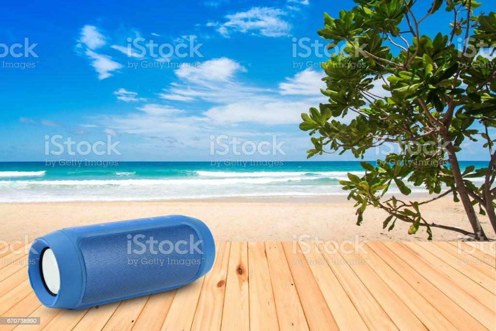 Los teléfonos inteligentes y altavoz portátil en la playa. - foto de stock