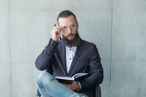 intelligente professor examinator mann anzug jacke gläser - lautsprecher test stock-fotos und bilder