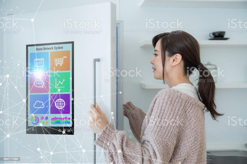 Concepto de refrigerador inteligente. - Foto de stock de Adulto libre de derechos