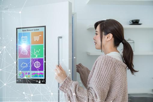Concepto De Refrigerador Inteligente Foto de stock y más banco de imágenes de Adulto