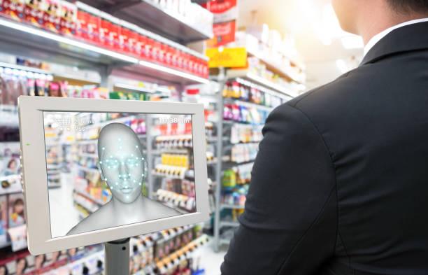 Venta minorista inteligente en conceptos de tecnología de IOT de uso futurista. Uso del cliente aplicación de reconocimiento facial para iniciar sesión en el sistema para comprar, buscar producto precio especial por razones de seguridad con el pago faci - foto de stock