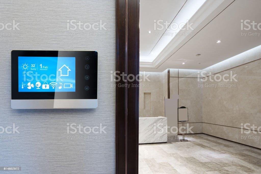 Smart-Screen an Wand mit Rezeption - Lizenzfrei Technologie Stock-Foto
