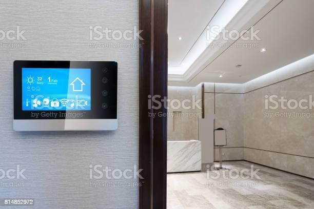 Smartscreen An Wand Mit Rezeption Stockfoto und mehr Bilder von Technologie