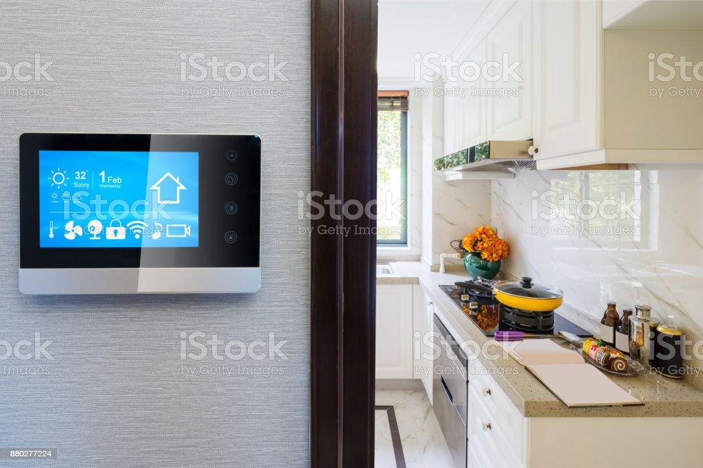 Smart-Screen mit smart Home mit moderner Küche – Foto