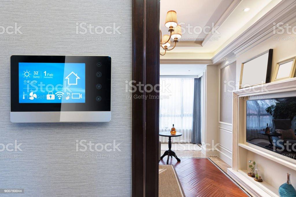 Smart-Screen mit smart Home mit modernen Wohnzimmer – Foto