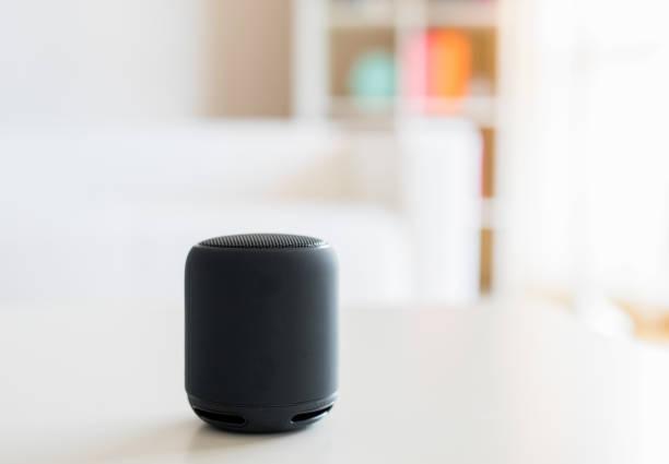Alto-falante inteligente e assistente de voz virtual em casa - foto de acervo