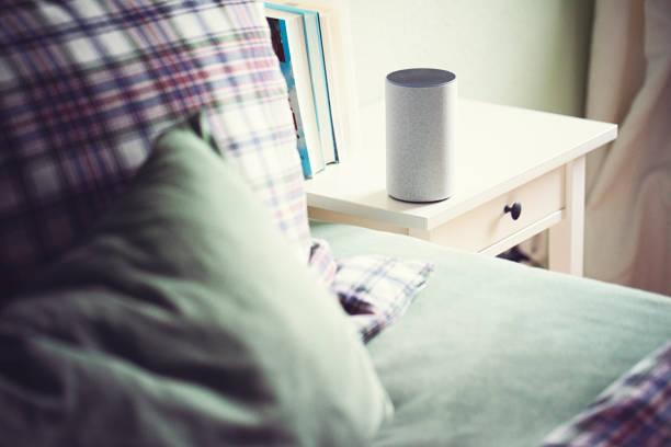 Smart-Lautsprecher im Schlafzimmer auf dem Nachttisch – Foto