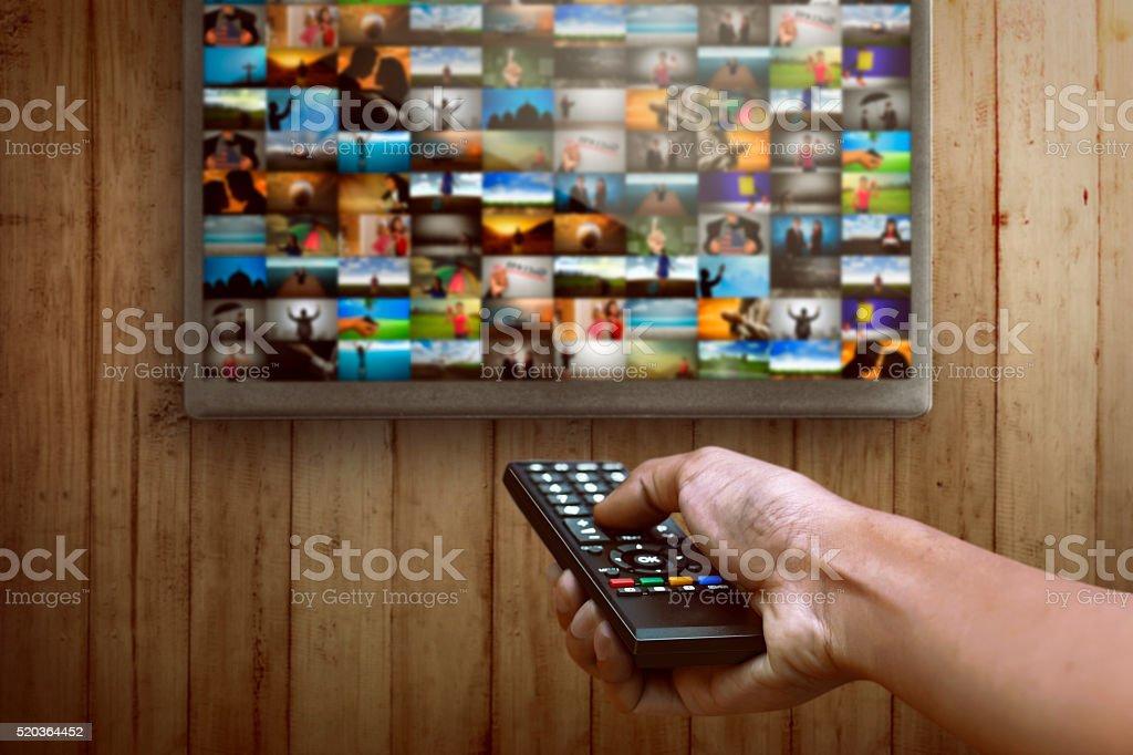 Smart tv und hand drücken Fernbedienung - Lizenzfrei Ausrüstung und Geräte Stock-Foto