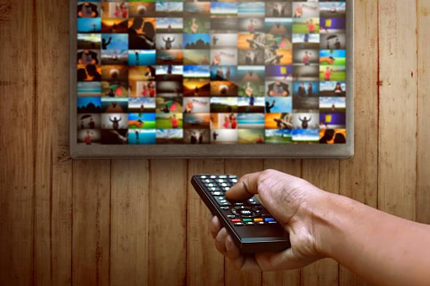 Smart tv y control remoto prensado a mano - foto de stock