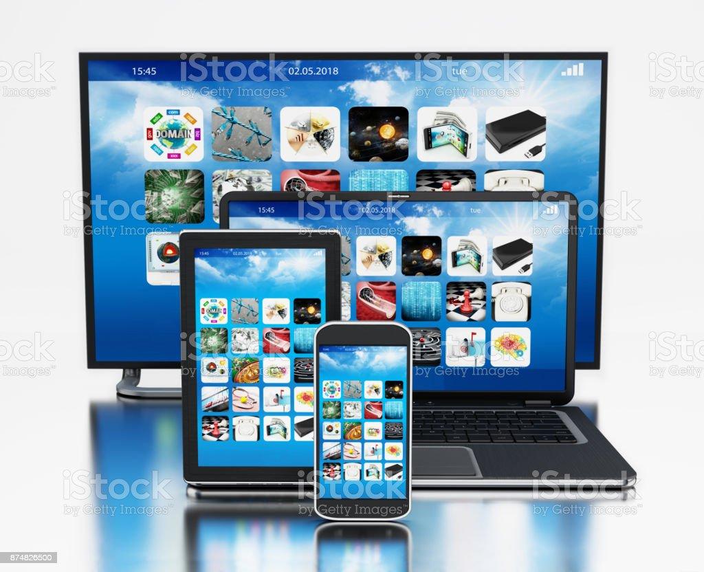 Smart TV, Smartphone, digitale Tablet und Laptop-Computer auf reflektierende Oberfläche – Foto