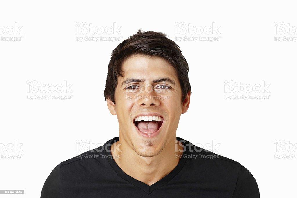 Élégant jeune homme criant avec joie contre blanc - Photo