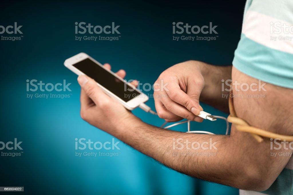 Adicción al teléfono inteligente un hombre - foto de stock