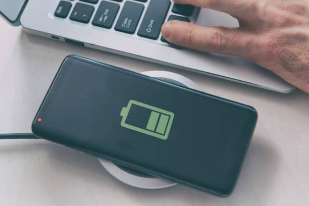 Smartphone auf ein drahtloses Ladegerät aufladen – Foto