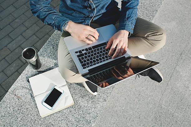 Smartphone und tablet und laptop in Mann Hände im Freien – Foto
