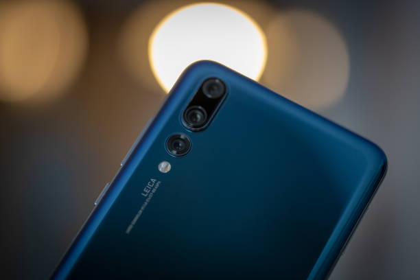 smartphone huawei p20 pro in blue colour. - huawei foto e immagini stock