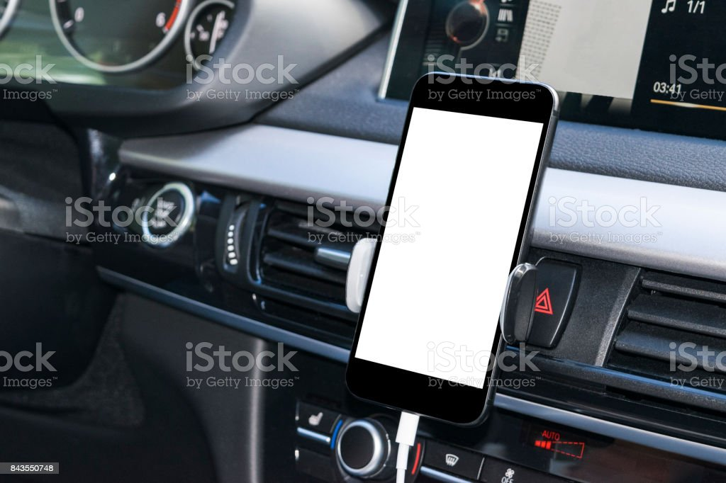 Smartphone in eine Pkw-Nutzung für navigieren oder GPS. Autofahren mit Smartphone in Halter. Handy mit Isolatede weißen Bildschirm. Leerer Bildschirm leer. Textfreiraum. Leeren Raum für Text. Moderne Auto Interieur-Details. – Foto