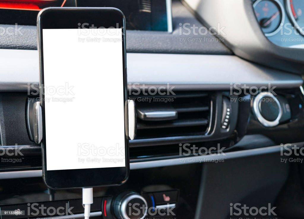 Smartphone in eine Pkw-Nutzung für navigieren oder GPS. Autofahren mit Smartphone in Halter. Handy mit isolierten weißen Bildschirm. Leerer Bildschirm leer. Textfreiraum. Leeren Raum für Text. Moderne Auto Interieur-Details. – Foto