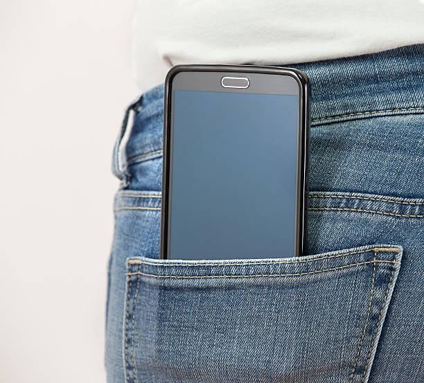 Smartphone em jeans bolso - foto de acervo