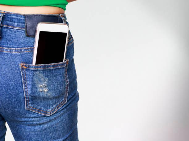 smartphone no bolso da calça jeans velha - foto de acervo
