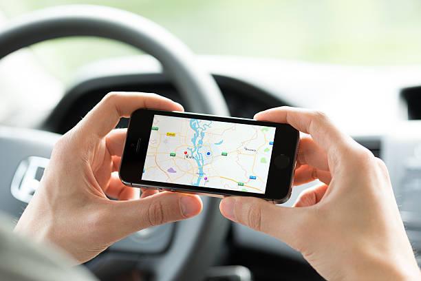 smartphone mapowanie w trakcie samochód - google zdjęcia i obrazy z banku zdjęć