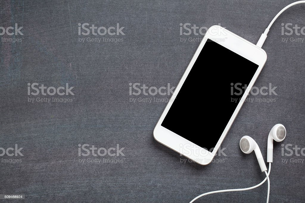 Smartphone en fondo de pizarra - foto de stock