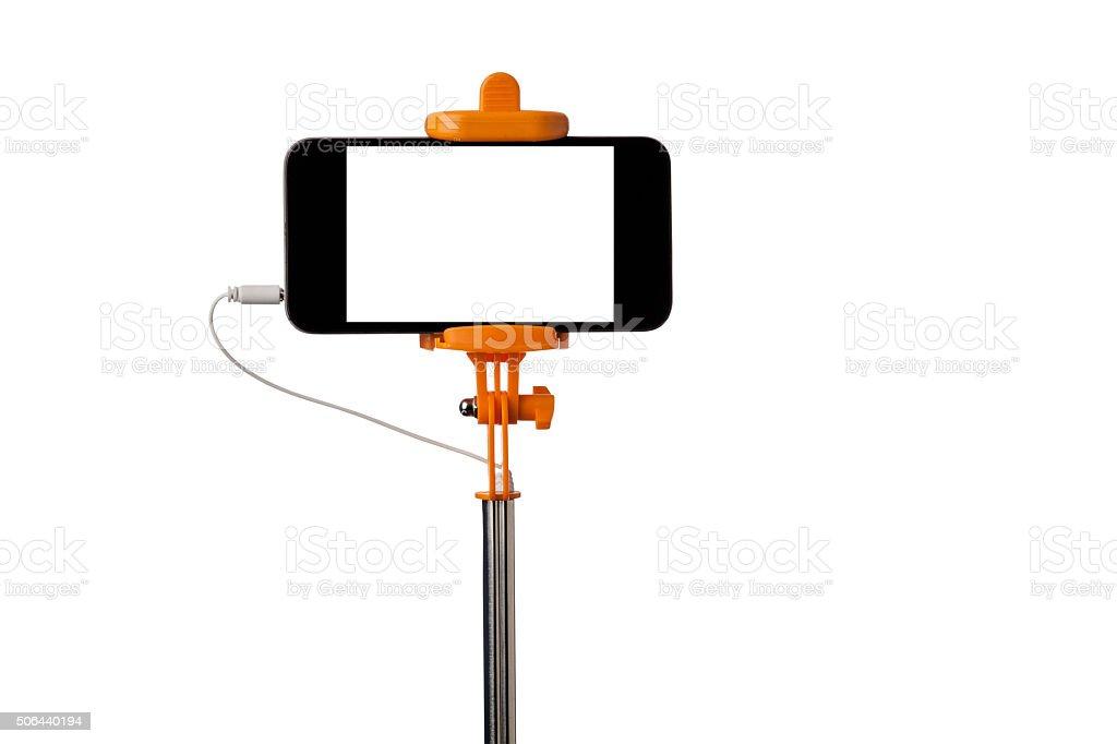 Smartphone auf Orange Selfie-Stick, isoliert, Weißer Hintergrund – Foto