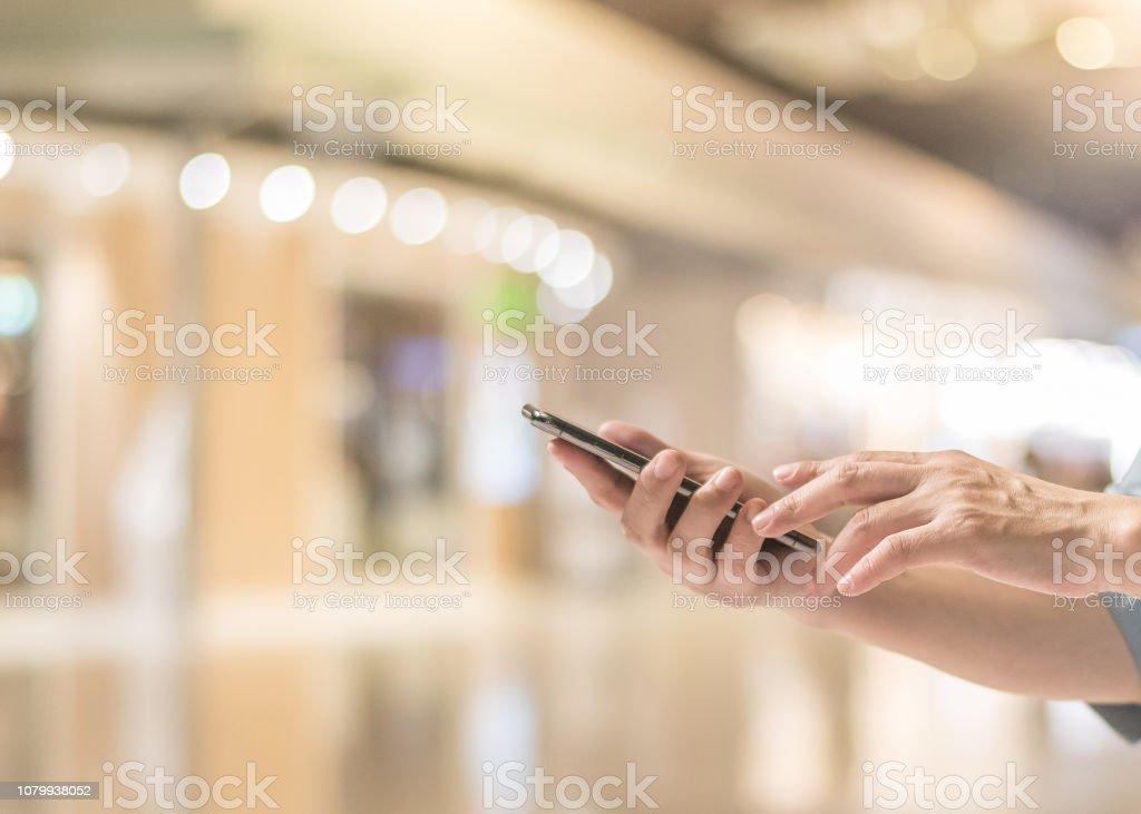 cd1fcdb37fd3aa Smartphone-online-shopping-Konzept mit Frauenhand mit mobilen  Smartphone-Gerät mit Internet