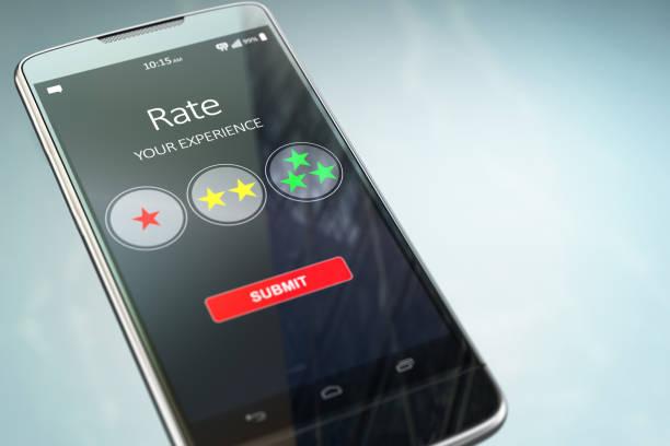 bewerten sie ihre erfahrung smartphone oder mobiltelefon mit text auf dem bildschirm.  online-feedback- bewertung -konzept. - bewertungen von technologieprodukten stock-fotos und bilder