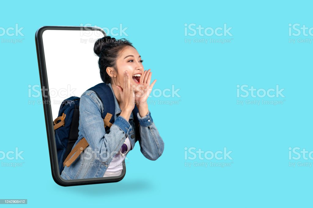 Smartphone pop up for advertising.Asian woman travel backpacker shouting open mouth through from screen mobile.Girl looking to aside copy space for present promotions.Digital marketing online cencept. - Zbiór zdjęć royalty-free (Aplikacja mobilna)