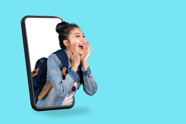智慧手機彈出廣告。亞洲女子旅行背包客從螢幕移動喊出張開嘴。女孩希望留出複製空間為目前的促銷活動。數位行銷在線銷售。 - influencer 個照片及圖片檔