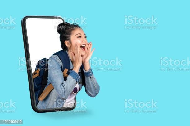 Smartphone Pop Up For Advertisingasian Woman Travel Backpacker Shouting Open Mouth Through From Screen Mobilegirl Looking To Aside Copy Space For Present Promotionsdigital Marketing Online Cencept - zdjęcia stockowe i więcej obrazów Aplikacja mobilna
