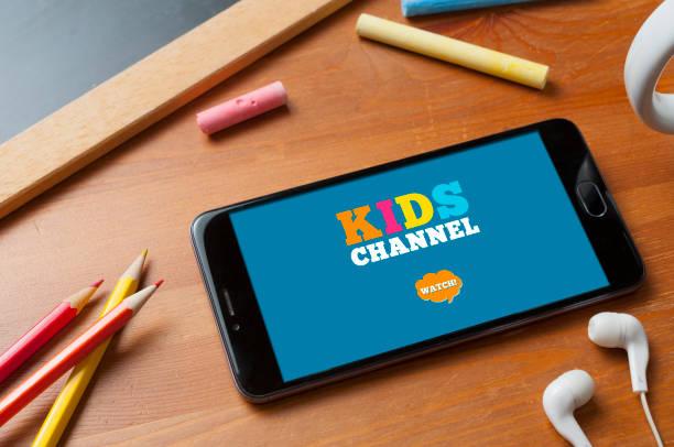 smartphone listo para transmitir un canal de niños en una mesa con lápices, una pizarra con algunas tizas de colores y un par de auriculares - sequence animation fotografías e imágenes de stock