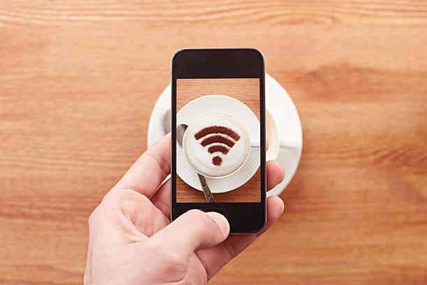 smartphone nehmen foto von kostenfreiem w-lan anmelden einen kaffee - iphone gratis stock-fotos und bilder