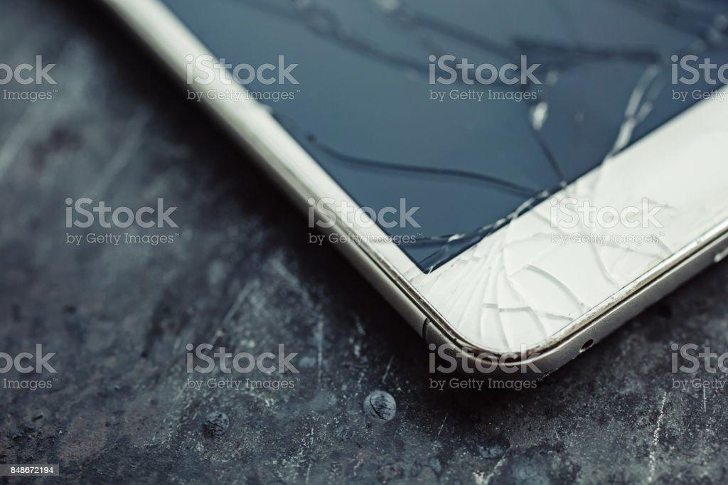 Smartphone mit einem gebrochenen Bildschirm. - Lizenzfrei Abgerissen Stock-Foto