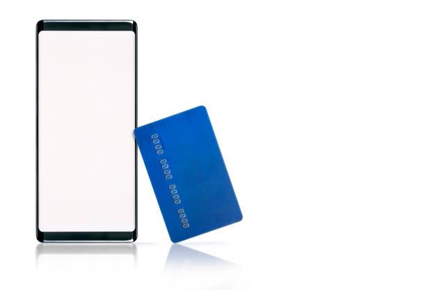 Smartphone con pantalla en blanco y tarjeta de crédito sobre fondo blanco. - foto de stock