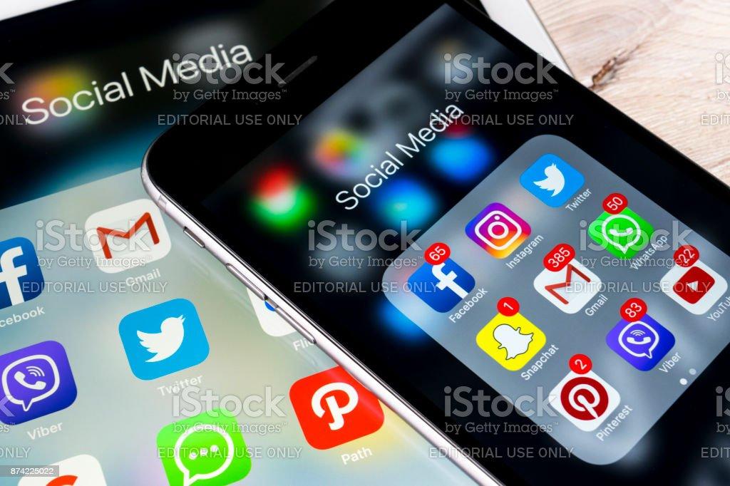 Smartphone mit Icons von social Media auf dem Bildschirm auf Holztisch. Smartphone-Life-Style-Smartphone. Social-Media-App Büro Aufnahme starten – Foto