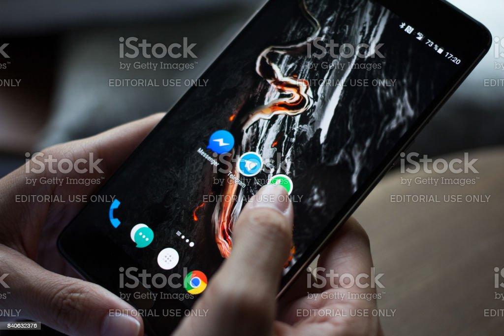 Smartphone con los iconos de las redes sociales en pantalla - Foto de stock de Adolescente libre de derechos
