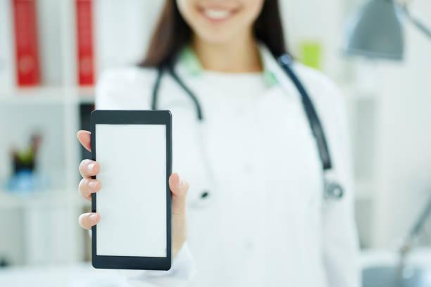 Smartphone mit Platz für Text oder Bild in der Hand der Ärztin. Medizinische Werbung Konzept. Foto mit Schärfentiefe – Foto