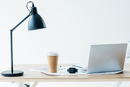 Smartwatch 노트북 및 직장에서 일회용 커피 컵 0명에 대한 스톡 사진 및 기타 이미지