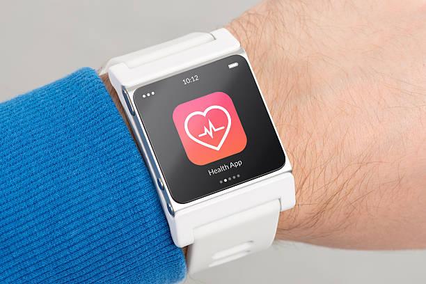 smash-television show auf mann's handgelenk zeigt gesundheit app-symbol - sinn uhren stock-fotos und bilder