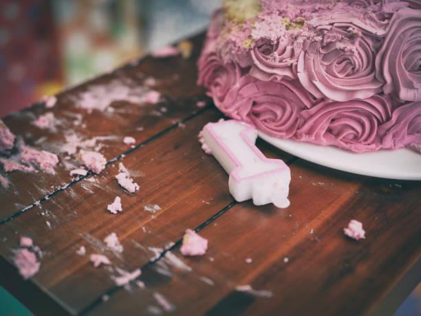 zertrümmerte kuchen - biskuitboden stock-fotos und bilder