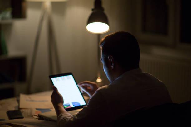 zerschlagung der frist mit intelligenter technik - tablet mit displayinhalt stock-fotos und bilder
